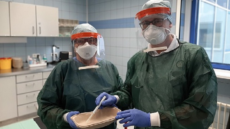 Nurse Petra Zill and Alexander Goy (Student Physician Assistant) work in the central emergency department of the Mittweida Clinic with the protective visors manufactured at the TU Chemnitz. Photo: Ines Schreiber, TU Chemnitz