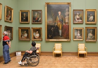 Disabled person visit museum © Shutterstock